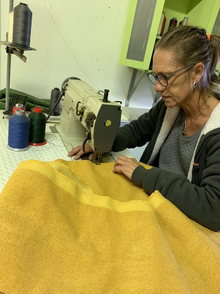 Alien Nauta aan het werk in haar atelier Binnenstebuiten